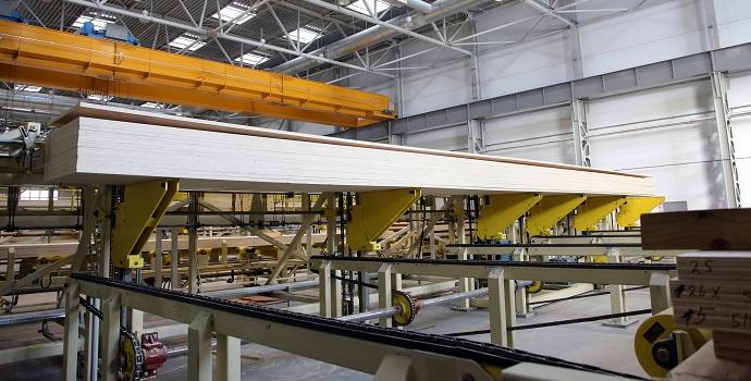 Los rodamientos de rodillos esféricos especiales NSK soportan cargas de impacto y vibraciones en una planta de carpintería
