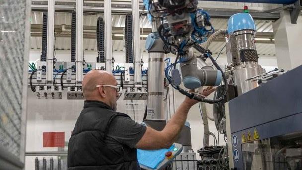 INMI: Nueva interfaz de Universal Robots para facilitar el uso de cobots en el moldeo por inyección