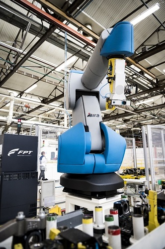El robot AURA (Advanced Use  Robotic Arm) de Comau facilita la industria 4.0 en la planta de FPT Industrial en Turín