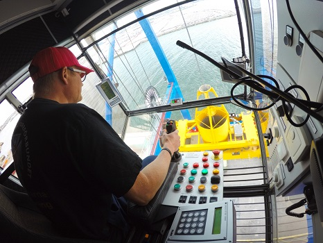 La comunicación en red abre nuevas oportunidades para los joysticks (palancas de mando) industriales gracias a la ayuda de HMS Anybus